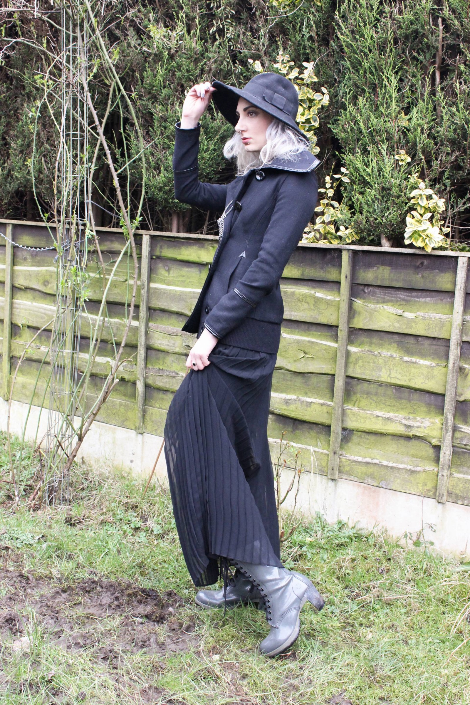 style blogger in maxi skirt and fedora 5